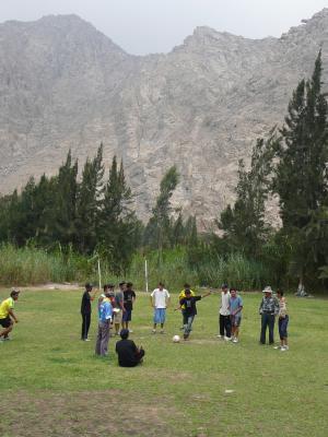 Foto de campamento con montañas y vicente con sombrero